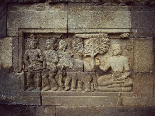Salah satu relief, tidak tahu maksudnya apa, tapi suka lihat posisi Budha seperti itu :)