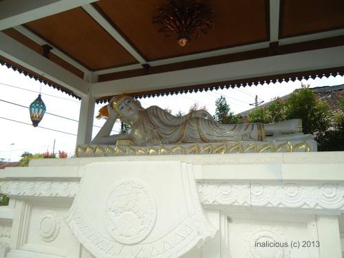 Patung Budha tidur di pelataran vihara. Di dalamnya ada ptung lain, katanya hibah dari kerajaan Thailand