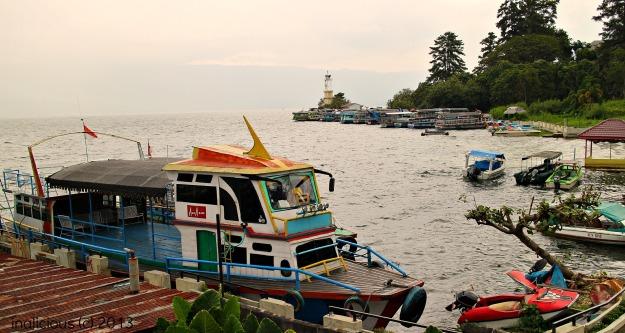 Perahu cantik ke Pulau Samosir. Ada hubungan apakah antara Tony Fernandes dengan pemilik perahu ini???