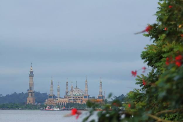 Islamic Center Samarinda, dilihat dari sisi....ummm...dekat jembatan deh pokoknya :D