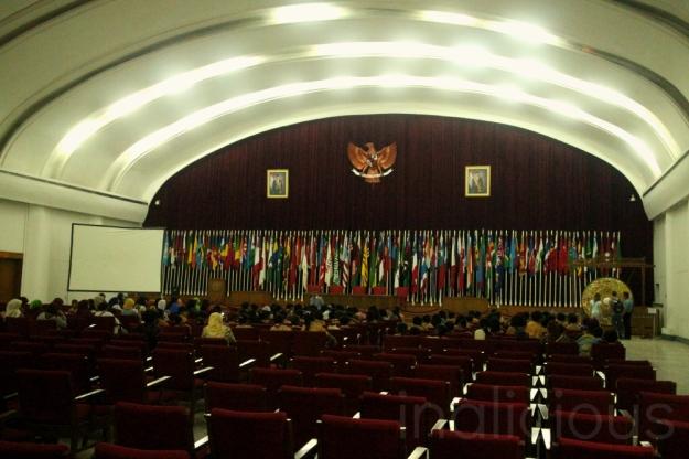 Ruang konferensi, bayangim mereka dulu duduk di sini dan membicarakan tentang perdamaian dunia :D